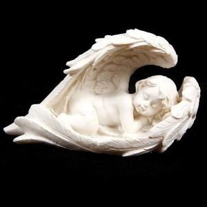 aniol-spiacy-w-skrzydlach